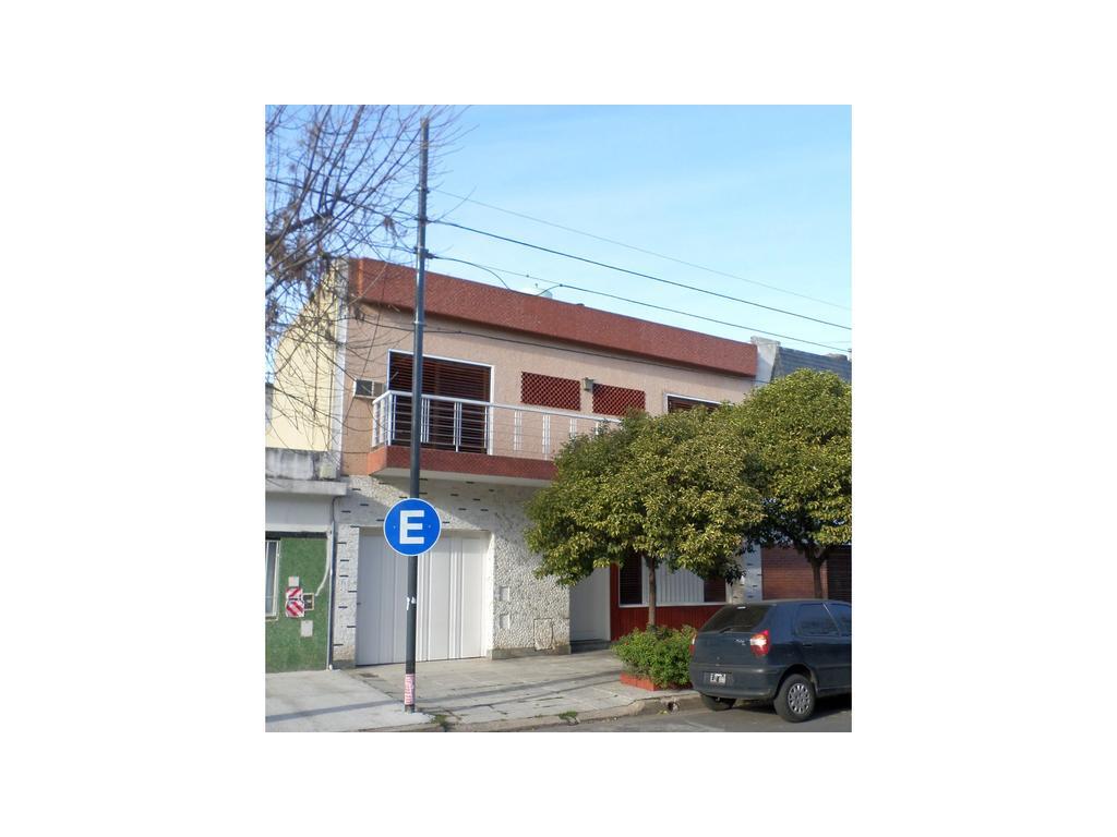 Casa en dos plantas, garage, fondo libre