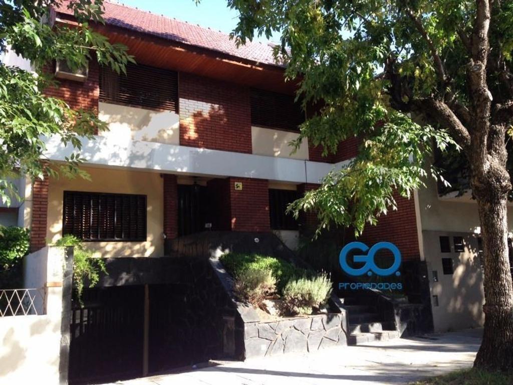 Casa en lote propio de 389M2 cubiertos y 104M2 de jardin con garage para 4 autos en venta