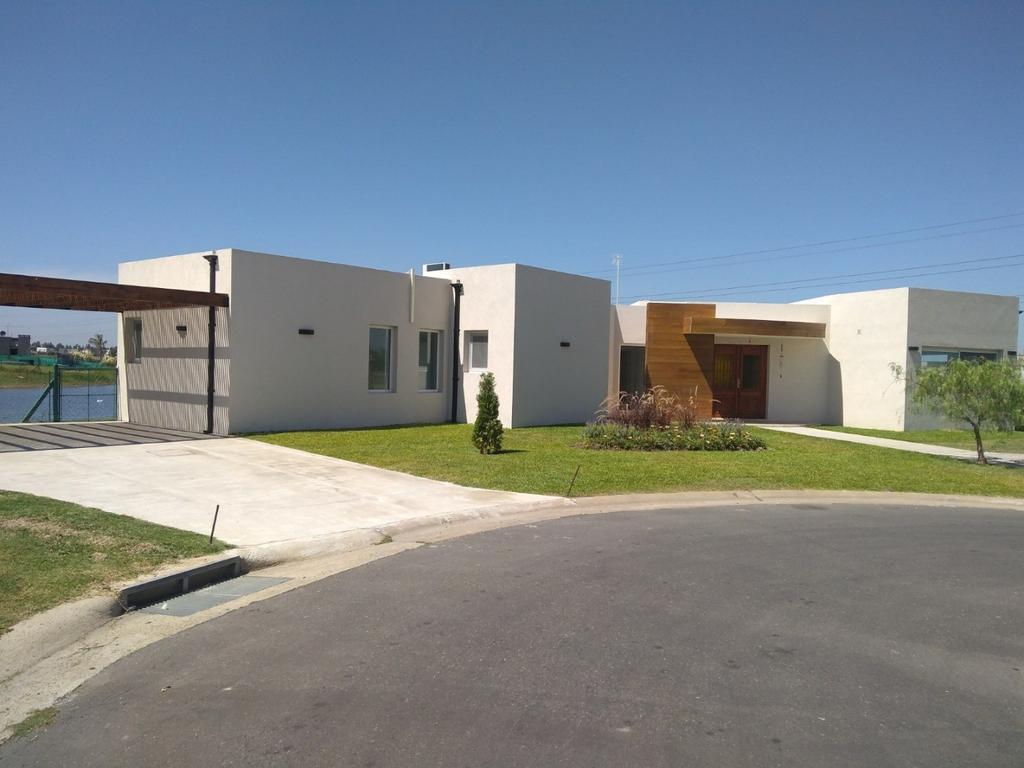 Excelente casa a la laguna San Gabriel