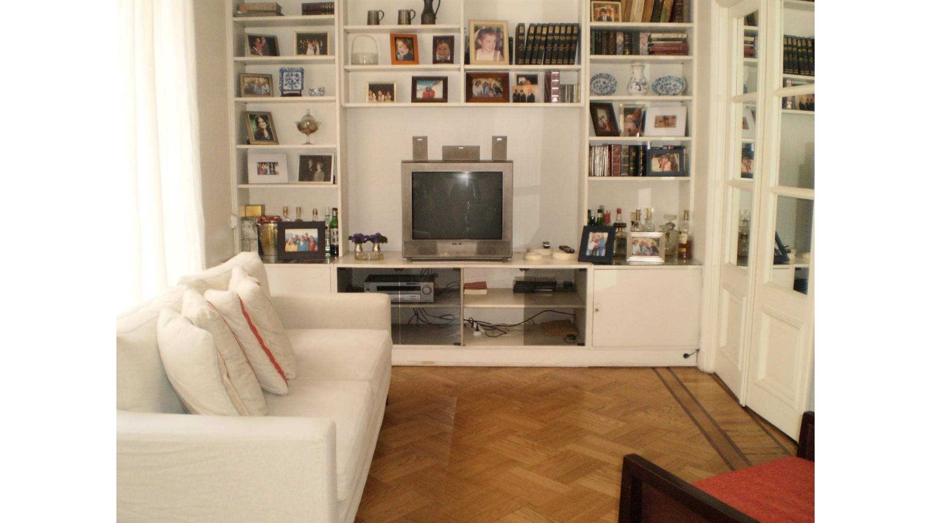 3/4 Dormitorios en lindo edificio clásico cochera fija enfrente