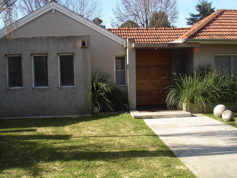 Casa nueva en excelente estado con amplias aberturas hacia el parque