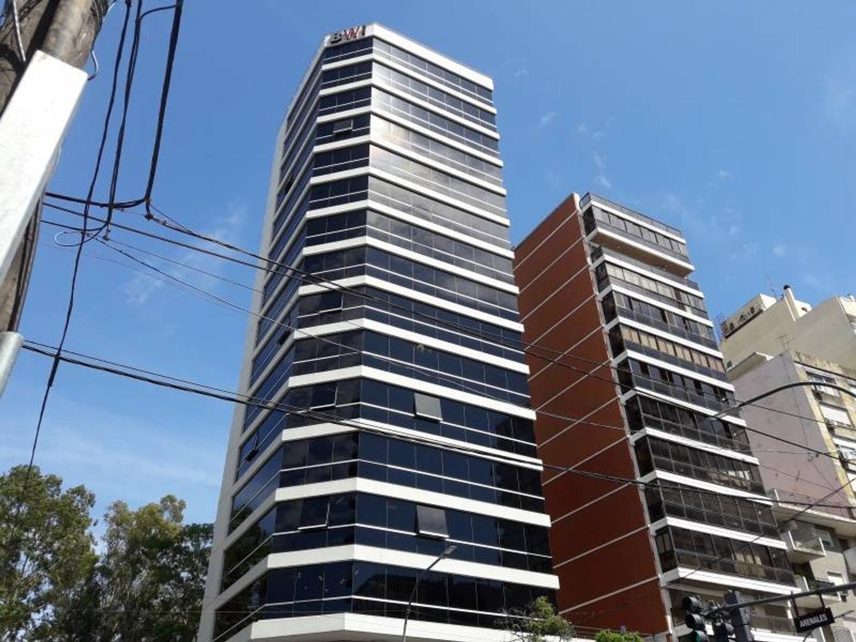 Excelente oficina con terraza propia en edificio de categoría.