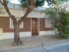Alquilo casa Floresta 3 amb. (2 dorm. living cocina comedor patio parrilla terraza cerca subte