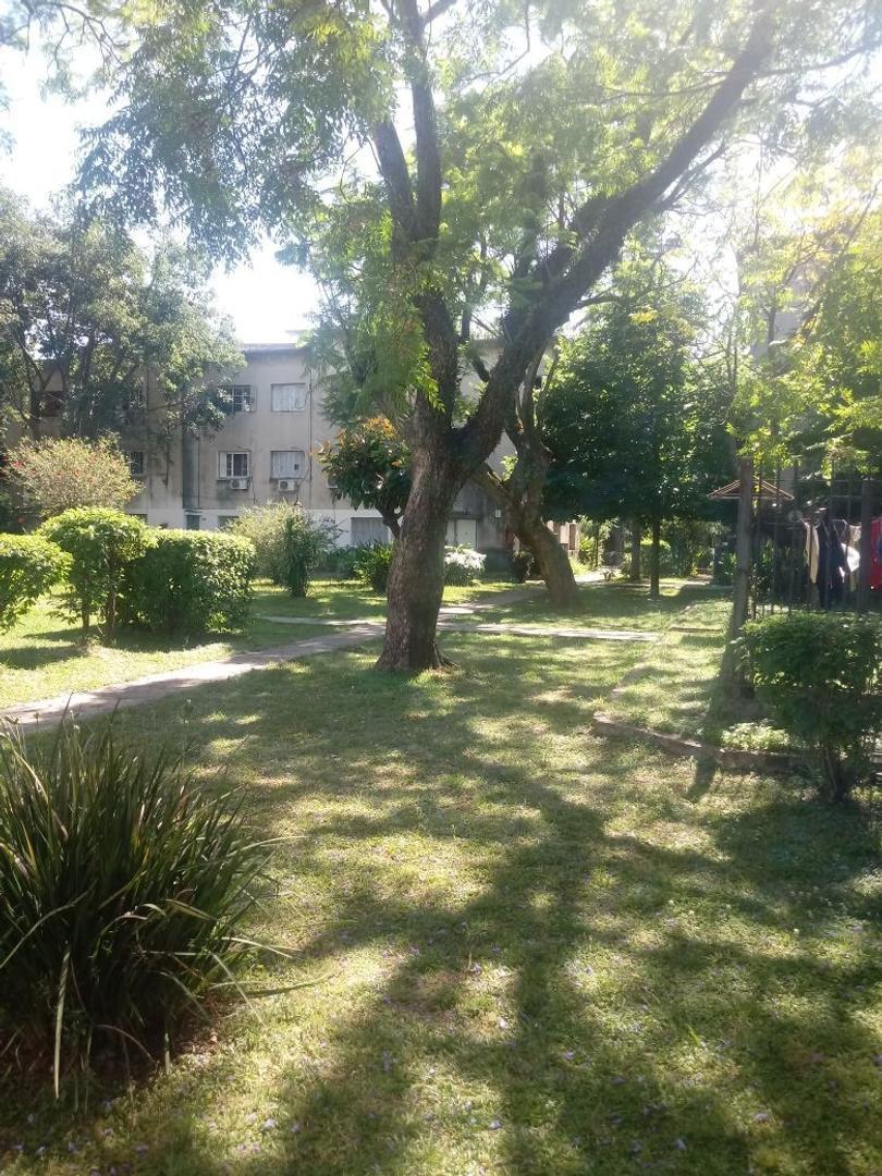 Duplex en  Barrio  Alvear , una cuadra Av. J. B Alberdi - Flores