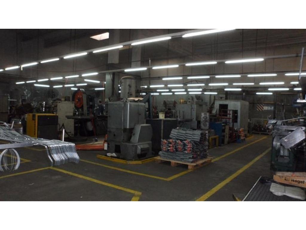 Alquiler  Galpón 1900 mts  3 Plantas 5 Oficinas( Producción  Deposito 880Mts )  Zona Industrial