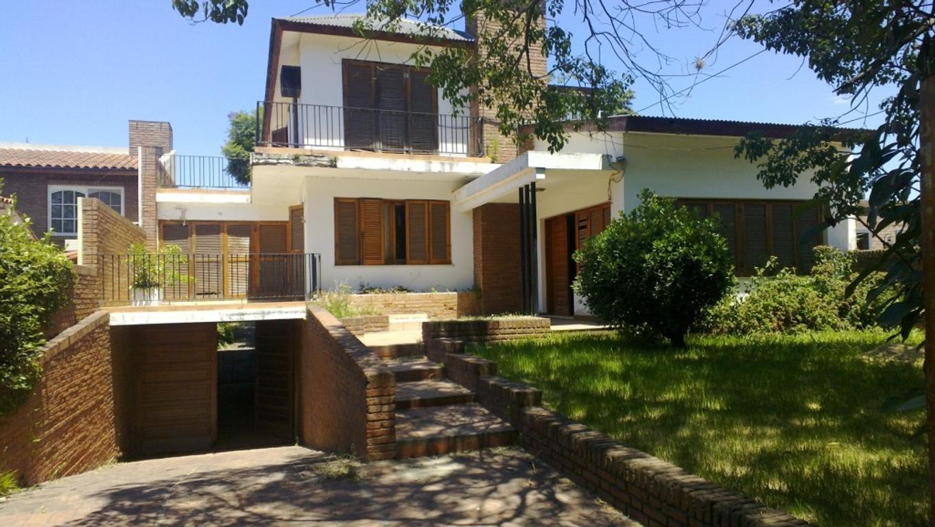 Magnífica propiedad en el centro de Funes. Añosa arboleda, piscina. Cerca de todo.