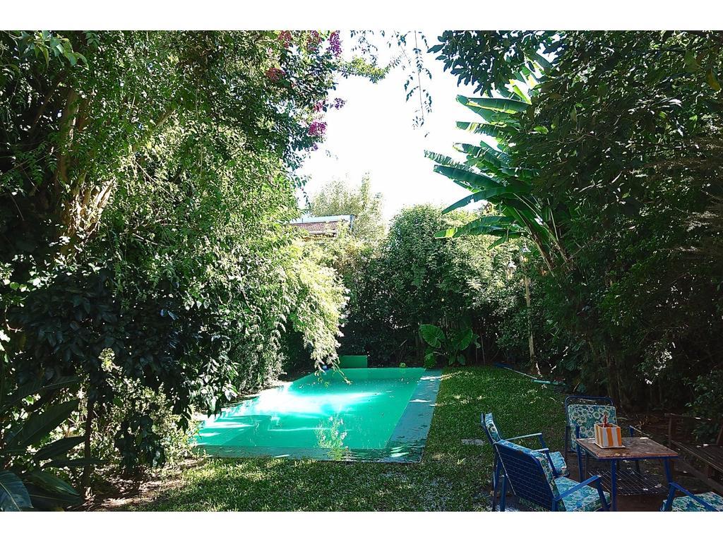 Venta casa amplia con jardín y pileta, vicente lopez