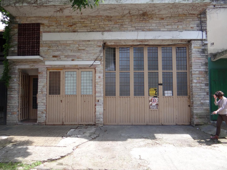 Galpon 400 mts2 aprox con entrada para camiones, oficinas y patio al fondo, (Zonificacion R3), proxi