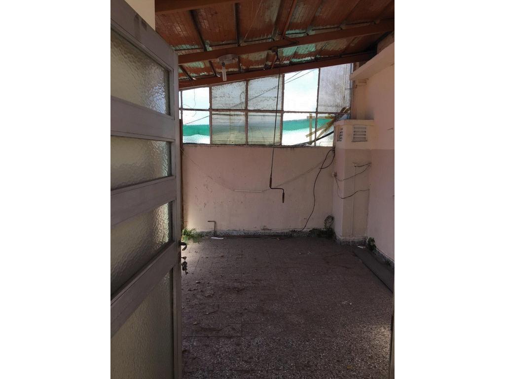DEPARTAMENTO DE 1 AMBIENTES A REFACCIONAR, CON PATIO DE 20 m2, EN UN SEGUNDO PISO POR ESCALERA