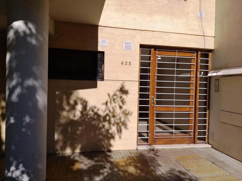 Departamento en venta de un dormitorio, patio. Constitución 400, cerca Facultad de Medicina. Rosario