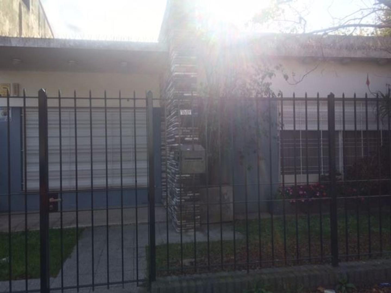 Casa tipo PH al frente de 3 ambientes, Don Bosco Este.