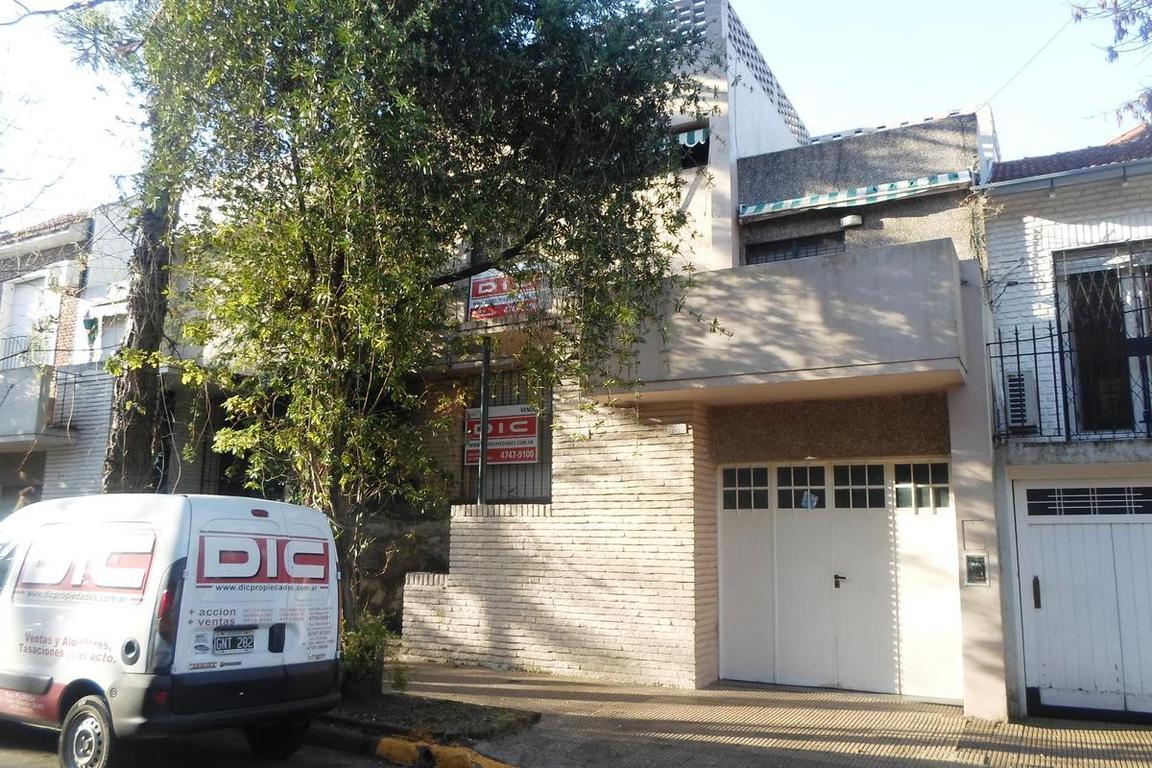 Duplex 4 ambientes con garage. Excelente ubicacion. Ideal para actualizar.