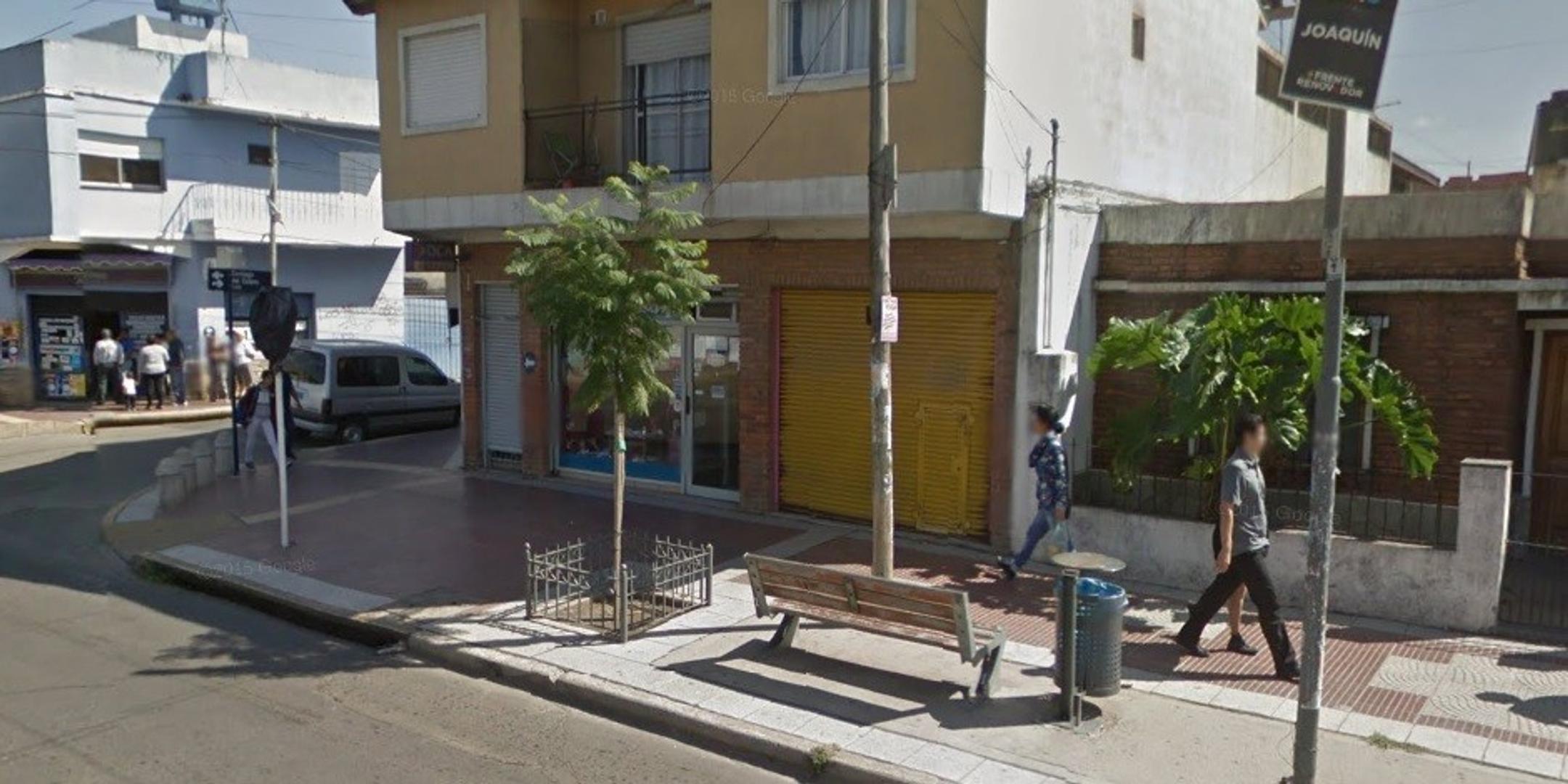 LOCAL ACTUALMENTE RESERVADO - SOBRE AVENIDA COMERCIAL CON ALTO TRANSITO VEHICULAR Y COLECTIVOS