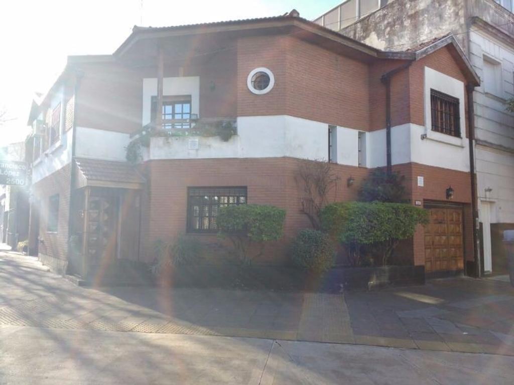Casa de 151m2, en 2 plantas patio c/ parr., balcón y cochera, excelente estado!