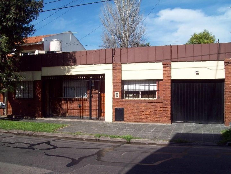 Hermosa propiedad de 4 amb. C/garage p/2 autos en venta en Carapachay