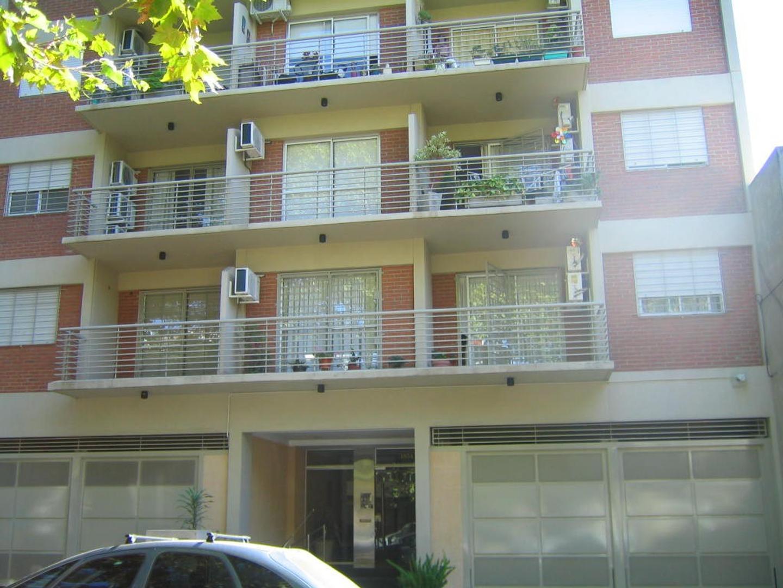 Depto. 1 Ambiente Divisible al Frente, con Balcón, Cochera Fija Cubierta, Apto Profesional.