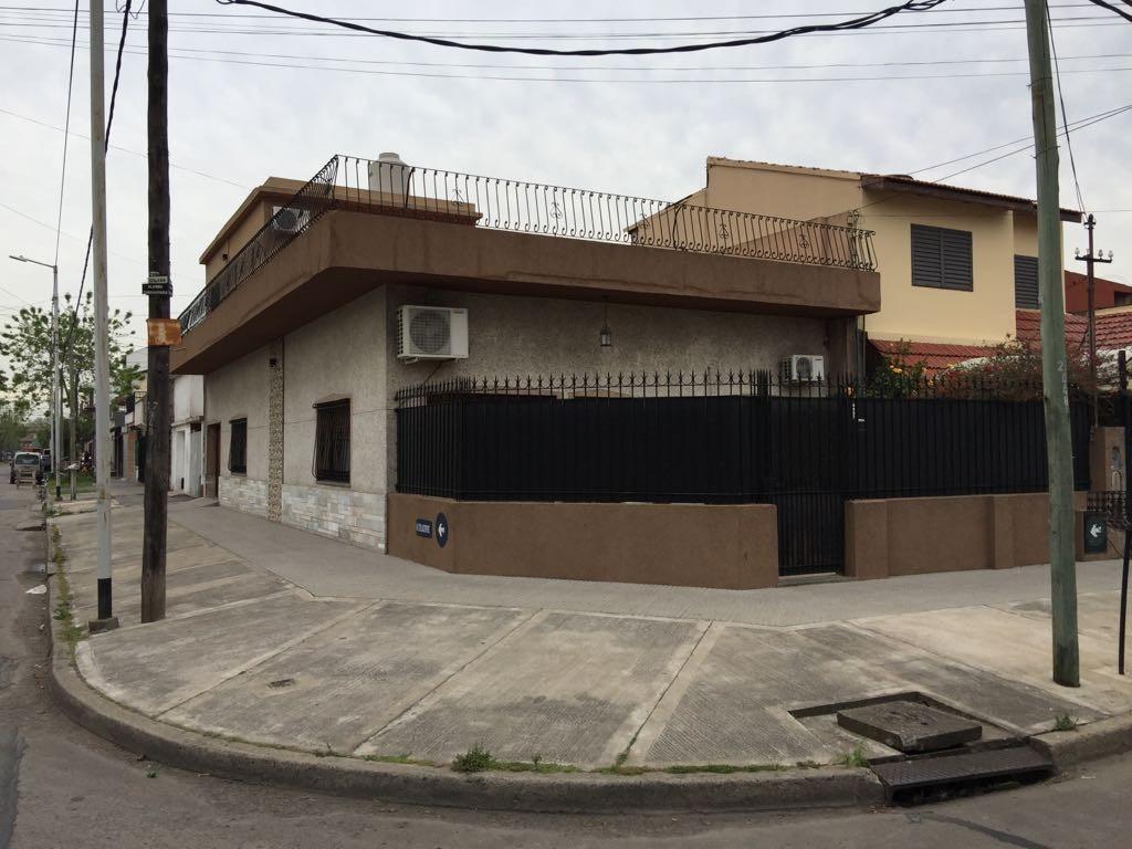 """Muy buena casa de 3 amb amplisimos (161m2) con quincho en """"L"""" - Garage - """"Reciclada a nuevo""""."""