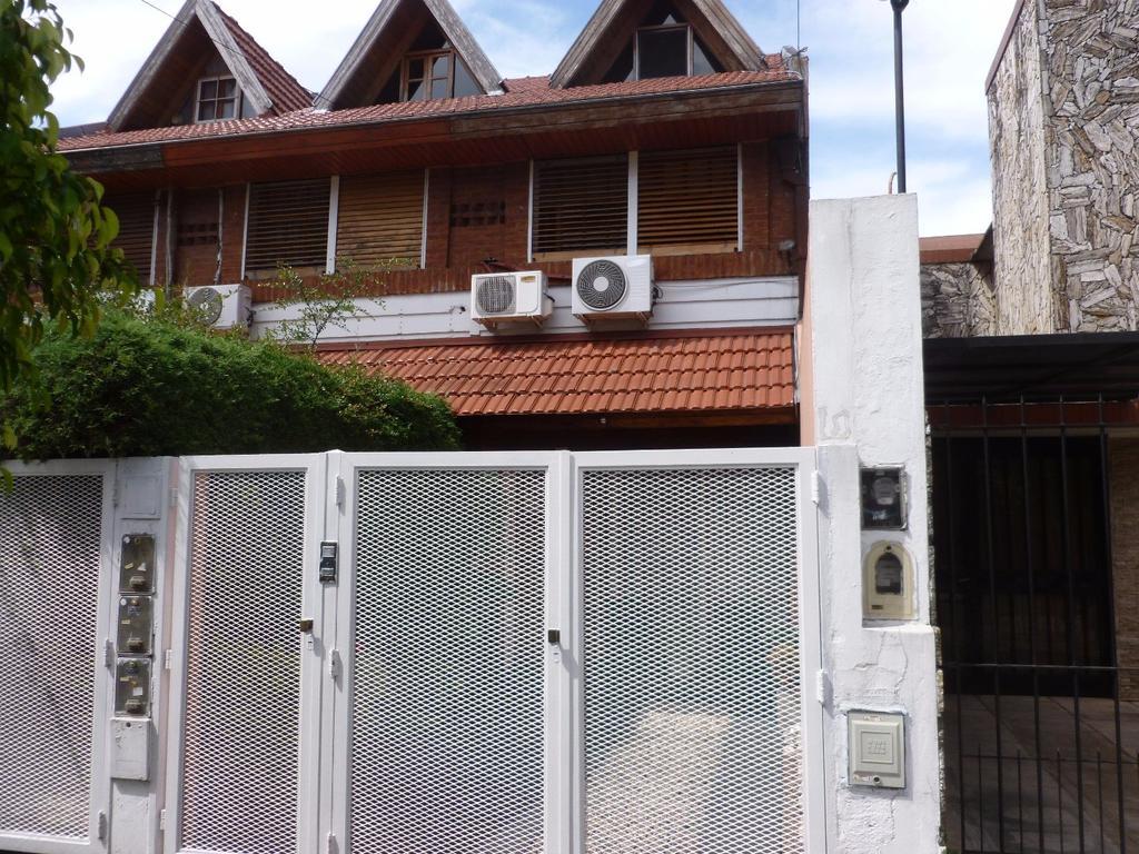 Excelente duplex 3 amb. con depend., 3 baños. Pisos tarugados, fondo libre, garage. Para recomendar
