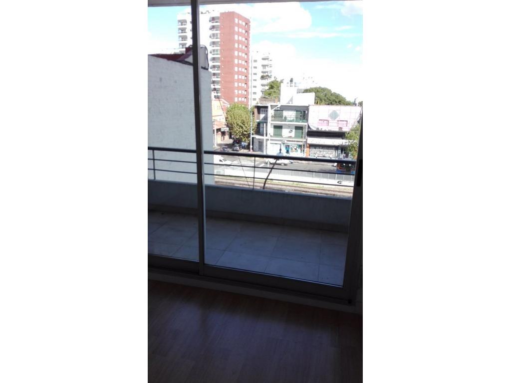 Departamento de 2 ambientes centrico al  con amplio balcón y cochera