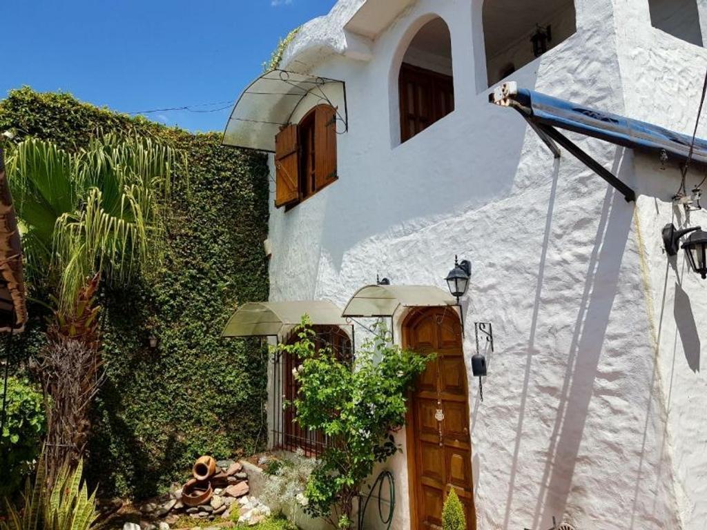 XINTEL(EMI-EMI-99) Venta de casa de 3 dorm. Lanús. Moreno 964, piscina, garage