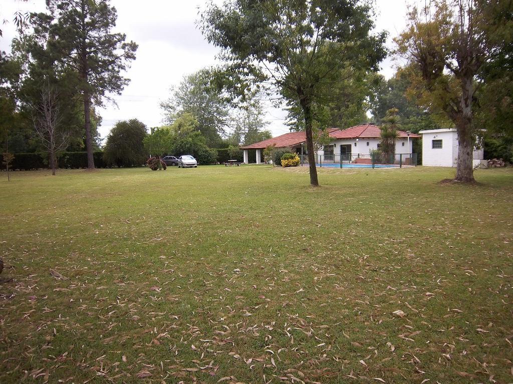 Casa Quinta de 2600 mts2 de terreno, propiedad de 2 amb con amplio Jardin con Pileta y Quincho.