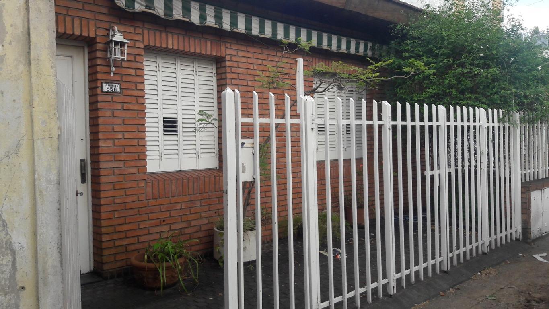 Casa dos dormitorios con posibilidad de cochera jardin y pequeño fondo