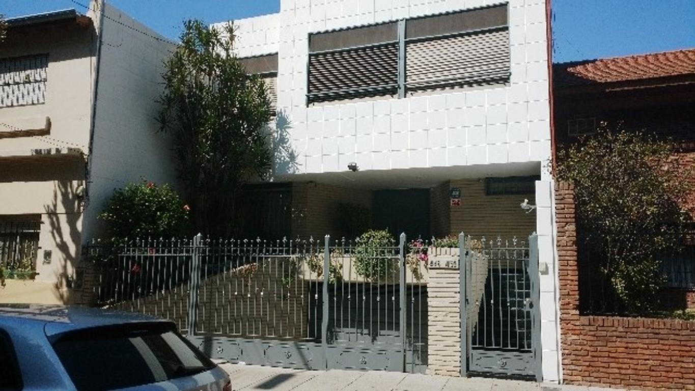 Hermosa casa de 303 m2 cubiertos 5 ambientes, en lote de 8,66 x 44mts. Jardin y piscina