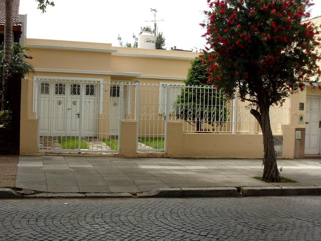 **VENDIDO** Excelente casa en venta sobre Oliden al 4400- Lote 8,66 x 34m