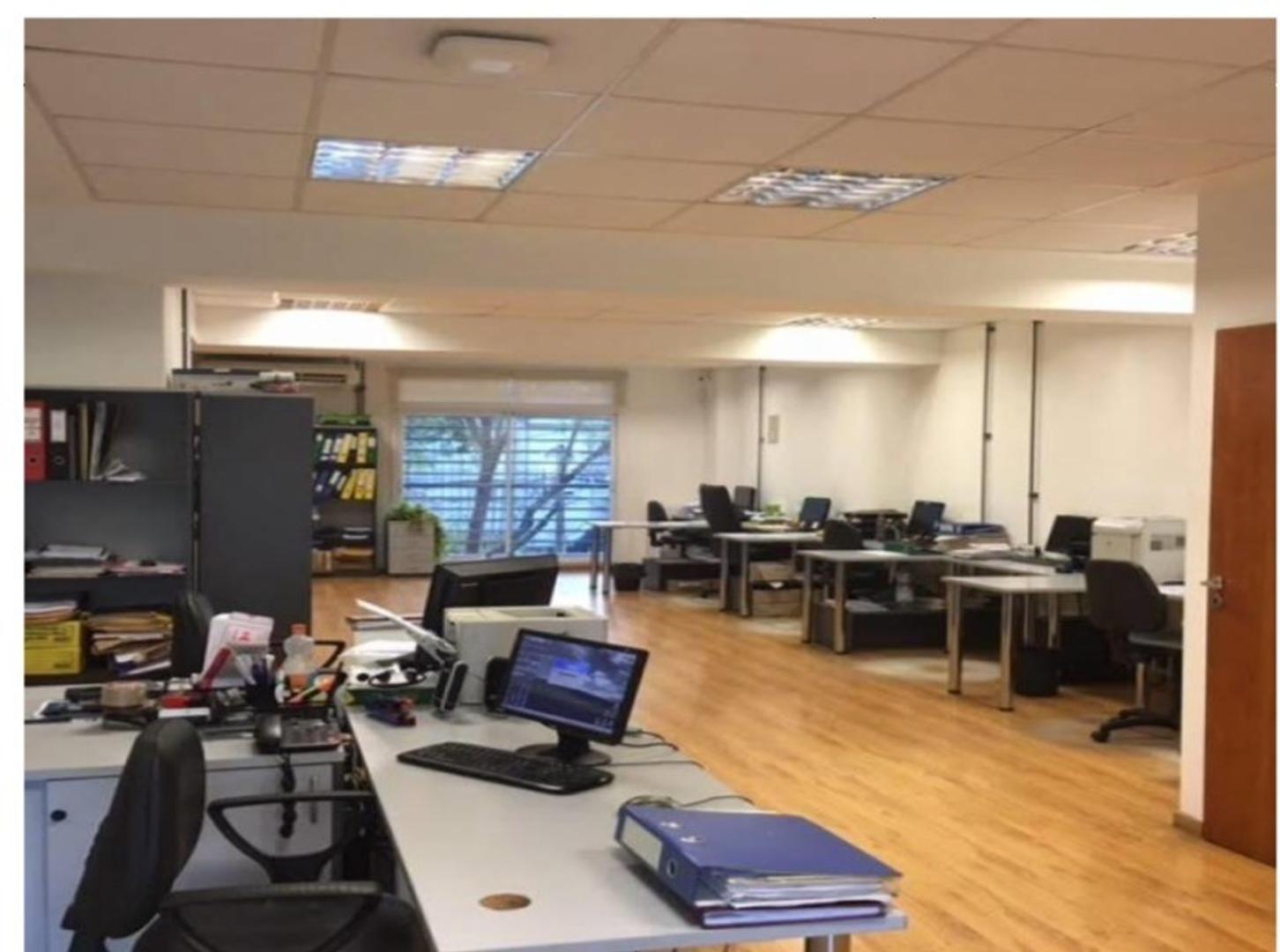 IMPECABLE EDIFICIO, de oficinas con 3 departamentos mas 2 jardines con quincho y parrilla comunes