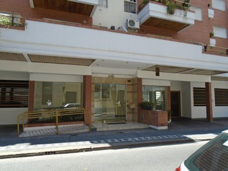 Departamento de 2 ambientes frente con balcón . Luminoso. Terraza parrilla cochera. Edificio moderno