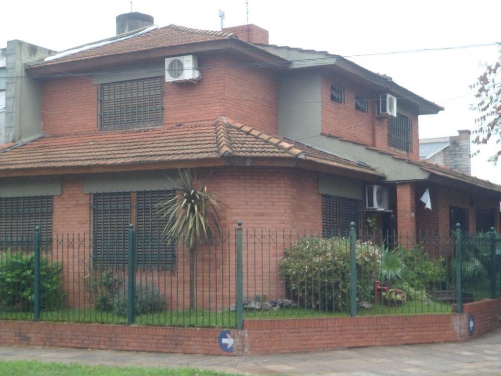 Morón central -  hermoso chalet en esquina de 3 dormitorios - 2 baños- cochera- y parque.