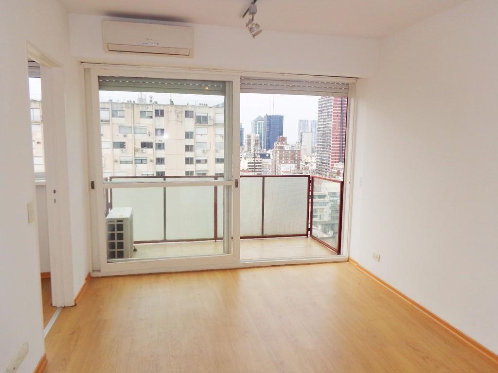 Oficina de 2 ambientes con balcón y vista abierta.