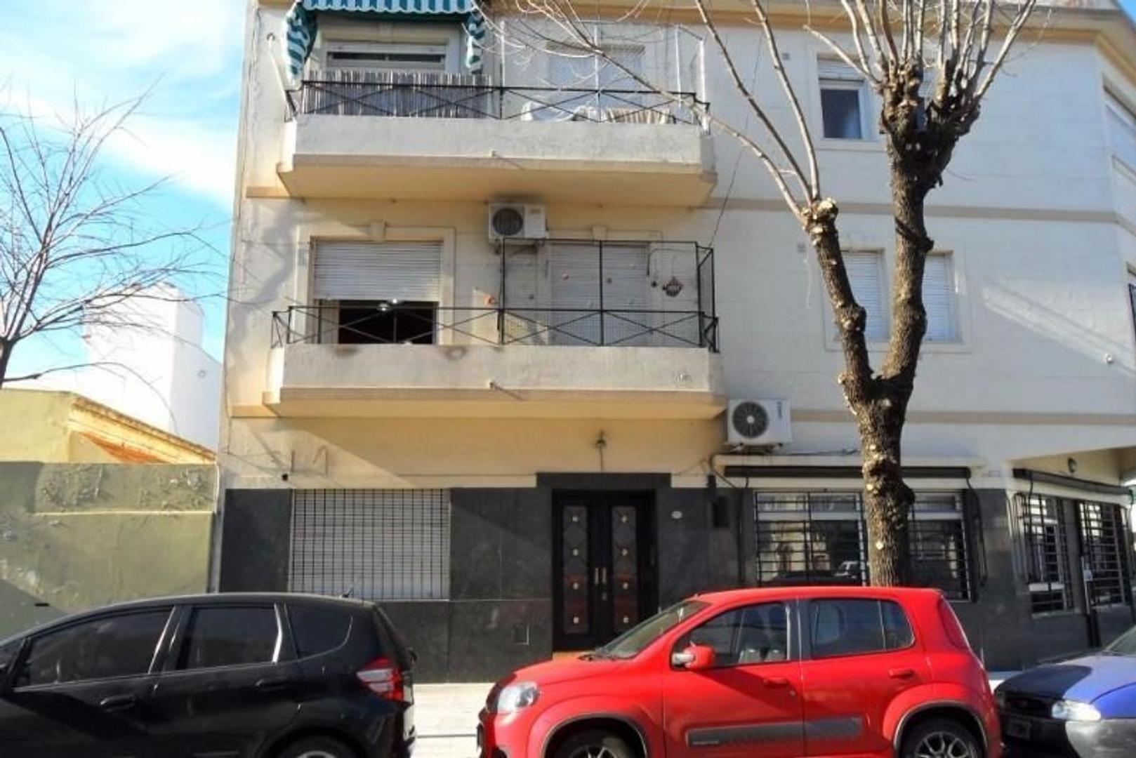 2 amplios ambientes a la calle con balcón.