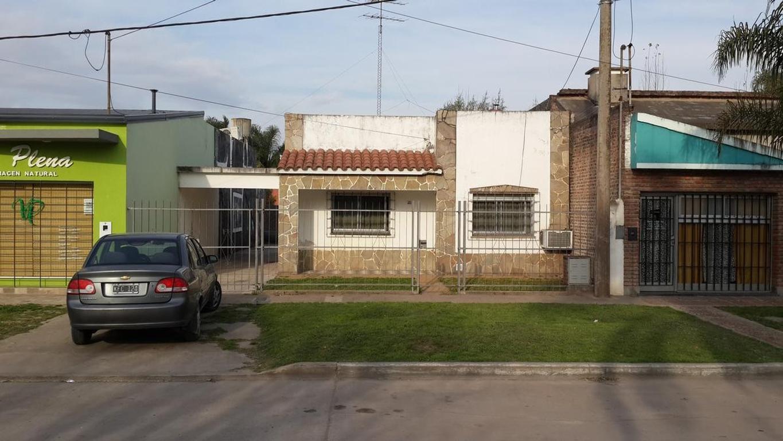 Casa con todos los servicios de dos dormitorios, cochera pasante y gran patio a pasos Municipalidad