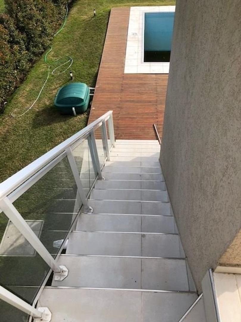 Amplia y moderna Casa con 5 dormitorios y piscina barrio privado Arenas del Sur - Foto 23