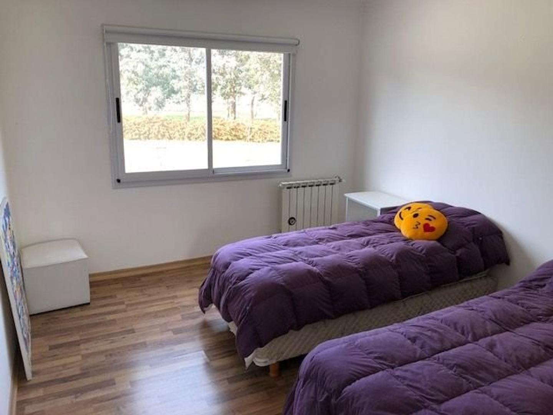 Amplia y moderna Casa con 5 dormitorios y piscina barrio privado Arenas del Sur - Foto 28