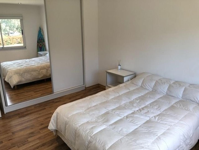 Amplia y moderna Casa con 5 dormitorios y piscina barrio privado Arenas del Sur - Foto 29