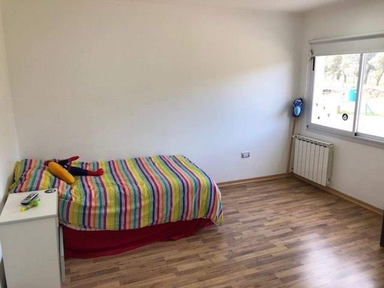 Amplia y moderna Casa con 5 dormitorios y piscina barrio privado Arenas del Sur - Foto 27