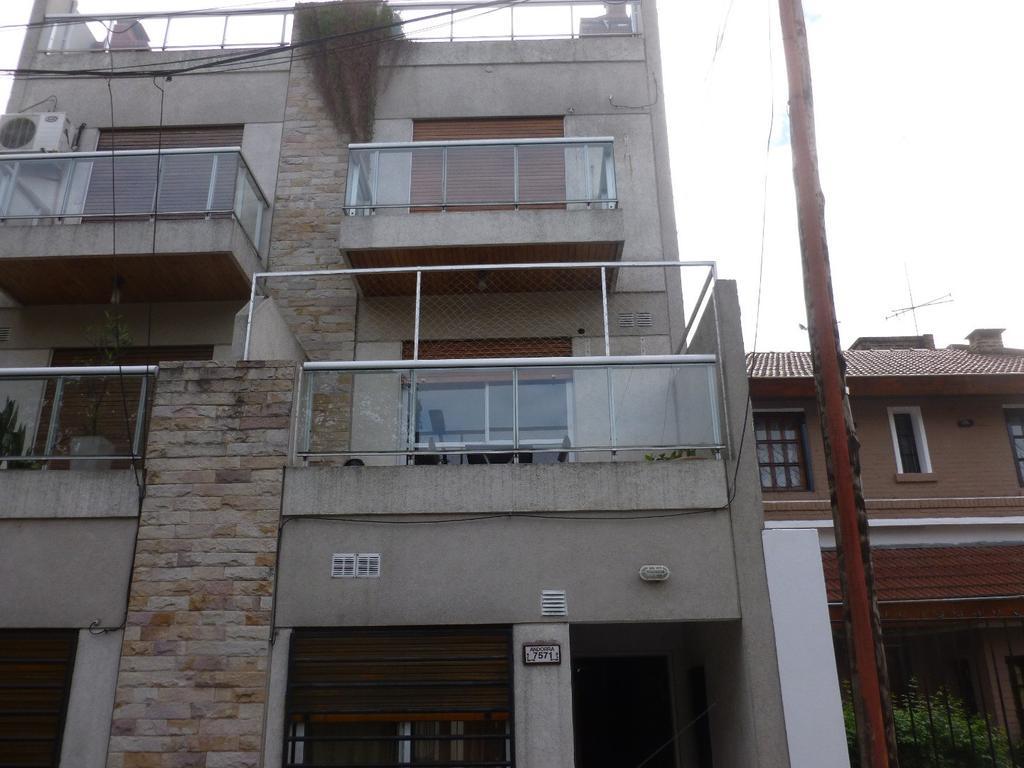 Se trata de un edificio de de 9 unidades desarrolados en 2 duplex a frente de 3 Ambientes cada uno