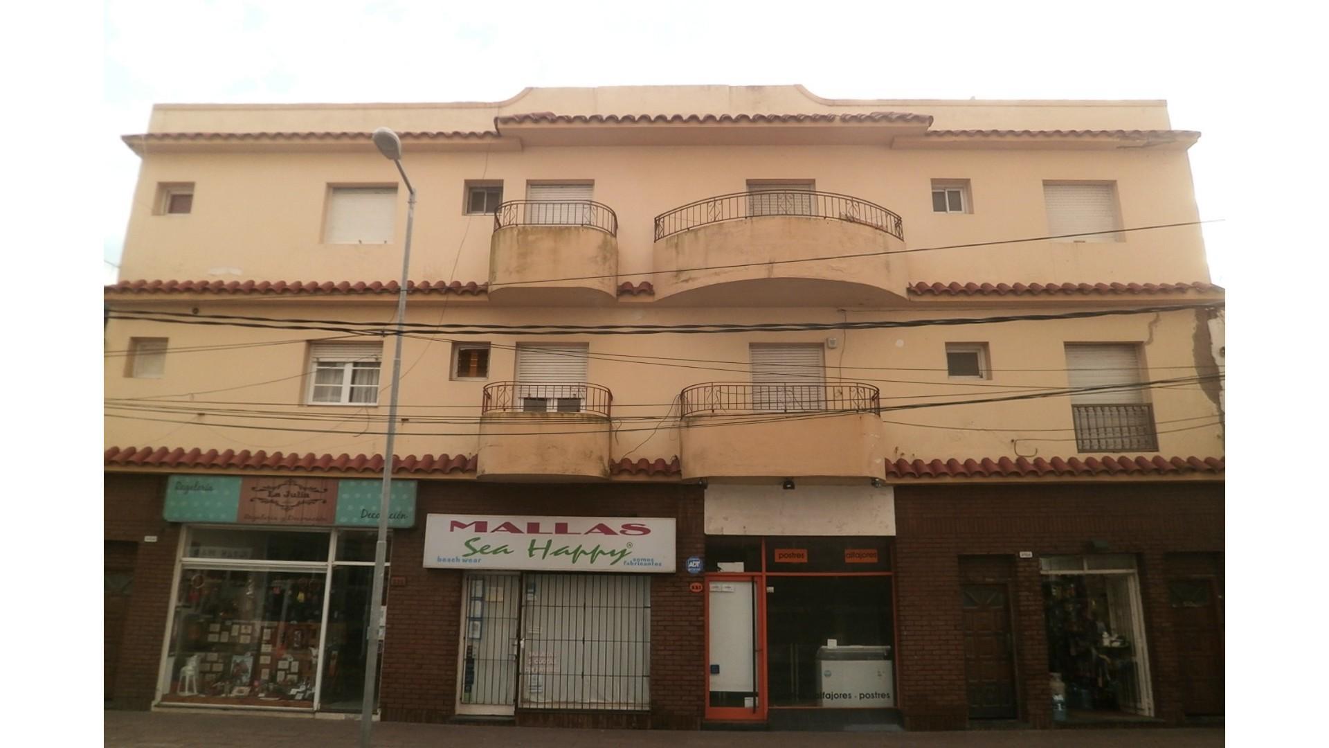 Depto 3 ambientes en pleno centro. 2 dormitorios cocina-comedor. Balcon al frente SOBRE PEATONAL!