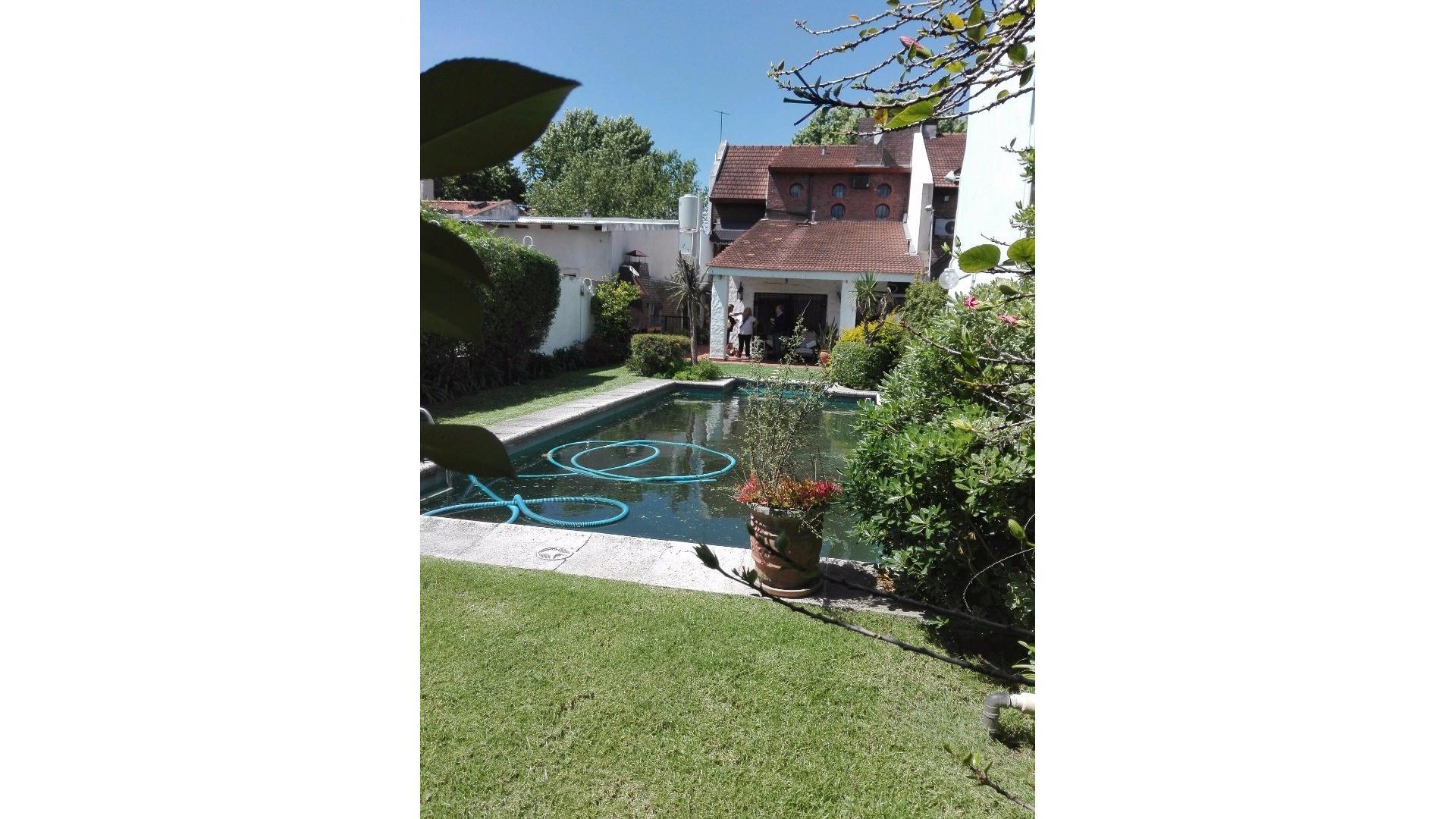 Se vende Chalet ,6 amb,242 m2 cubiertos, lote de 8.66 x 42 mts de largo con hermoso jardín y pileta