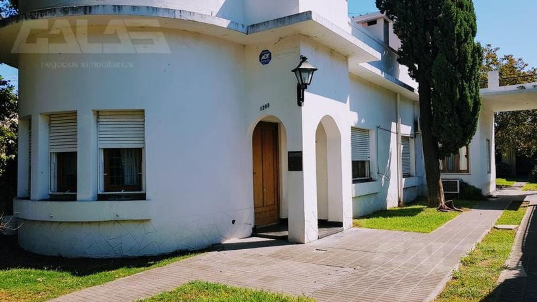 Casa de estilo 4 dormitorios cochera pasante