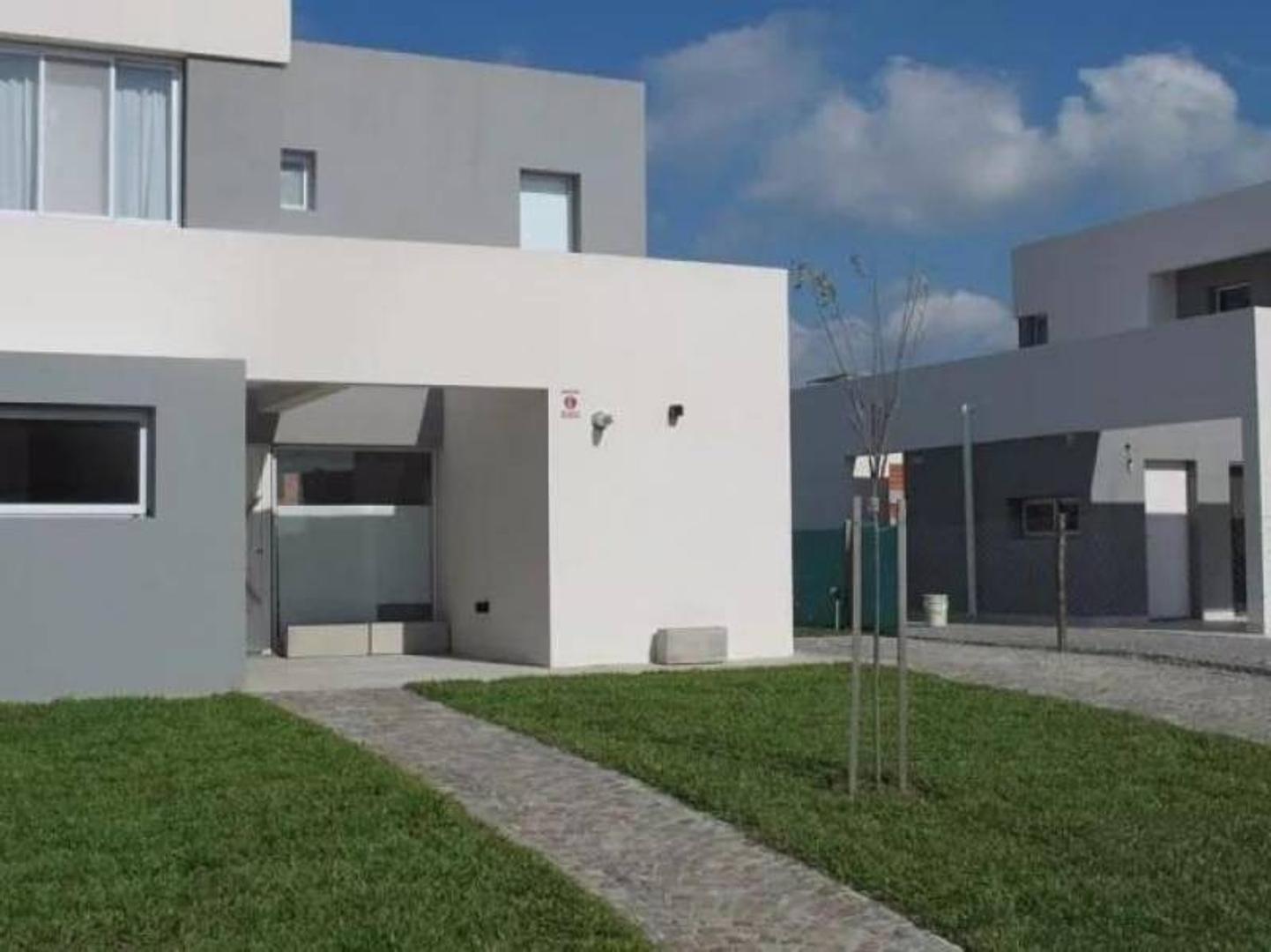 Susana Aravena Propiedades-Excelente Casa a estrenar en Casas del Este