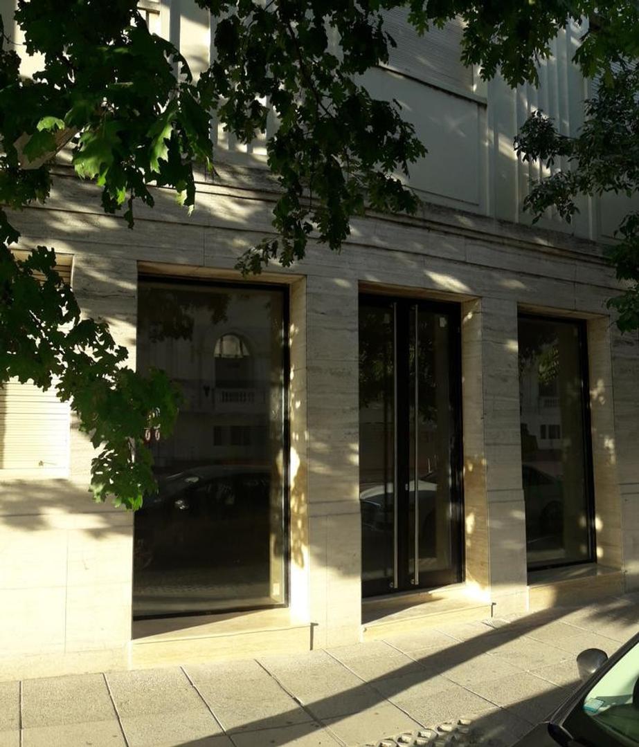 Amplio local de 140 m2 sobre avenida Gral. Lopez a pasos de Plaza de Mayo