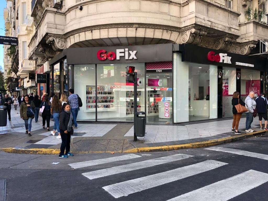 Impecable esquina a mts de Av Callao