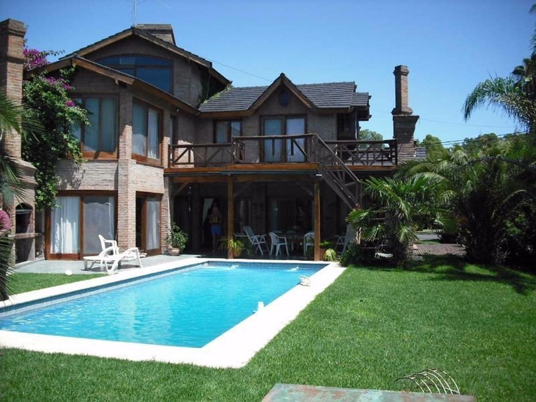 Imponente casa de 350 m2 sobre lote de 870 m2 en Náutico Escobar