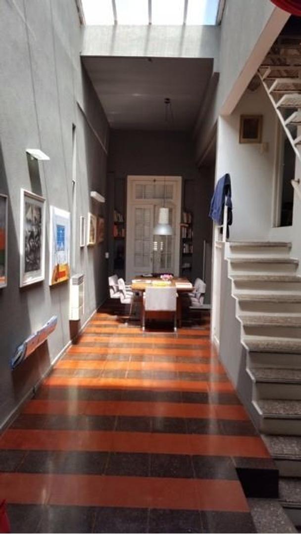 Casa con 4 dorm + escritorio+ cochera con pileta  de original diseño