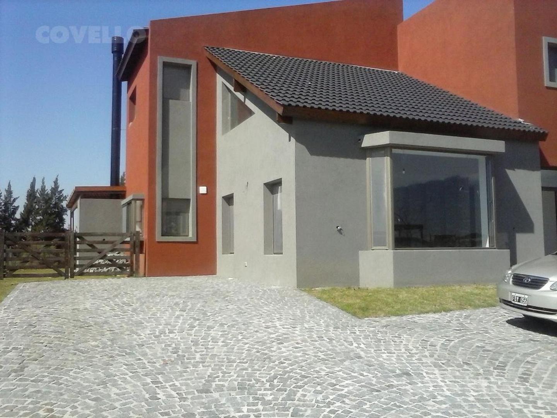Casa moderna a estrenar con costa al RIO