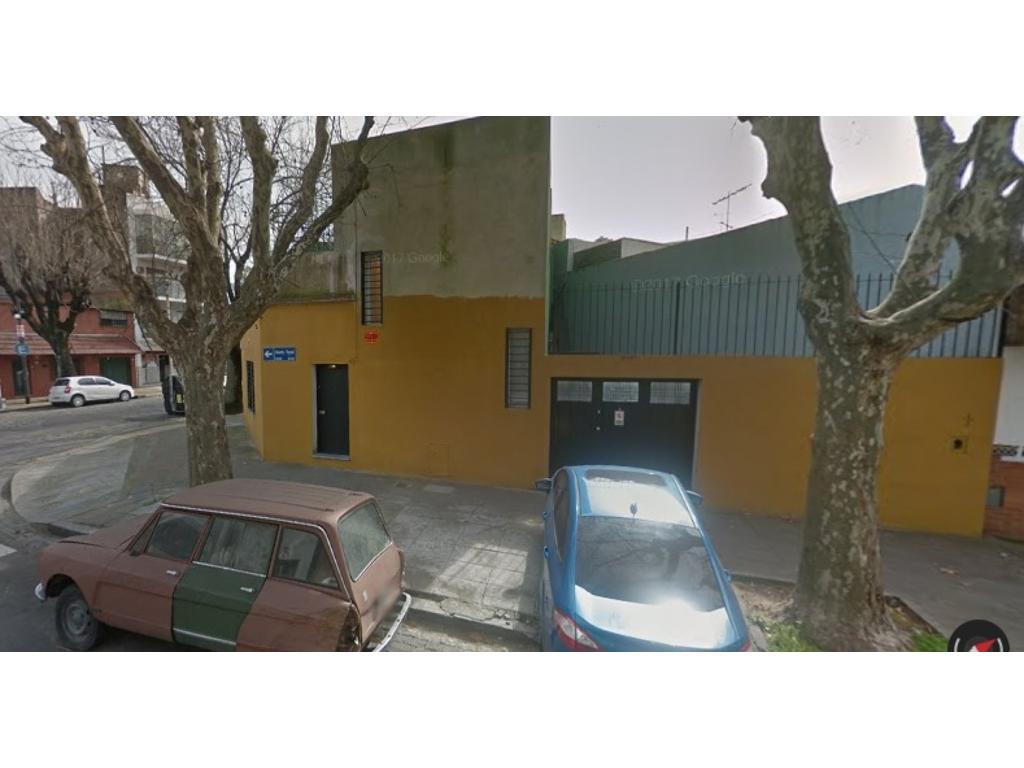 Casa 3 Ambientes con cochera , patio y terraza .