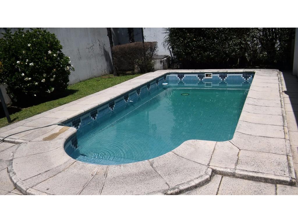 Casa sobre lote propio, con piscina y dos cocheras. Ideal familia numerosa!